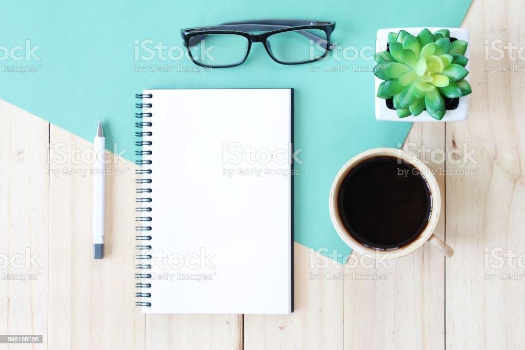 Image vue de dessus du cahier ouvert avec des pages blanches et tasse de café sur fond en bois, prêt pour l'ajout ou mock up - Photo