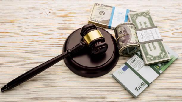 top-ansicht richtergavel und packungen von dollar und euro-banknoten auf einem weißen holztisch - wirtschaftsrecht stock-fotos und bilder