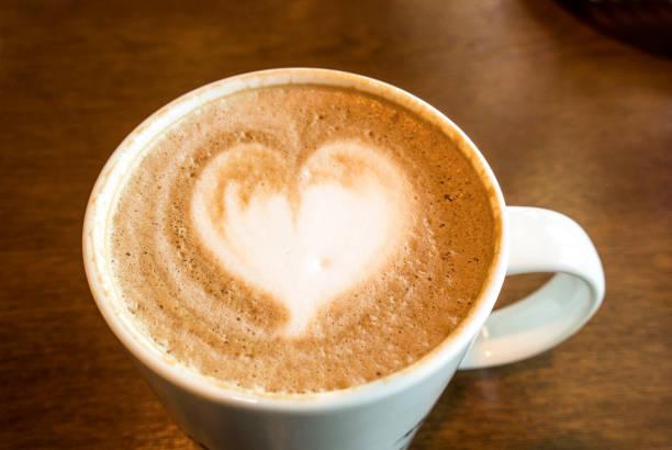 draufsicht latte art kaffee - schokolade gebratene kuchen stock-fotos und bilder