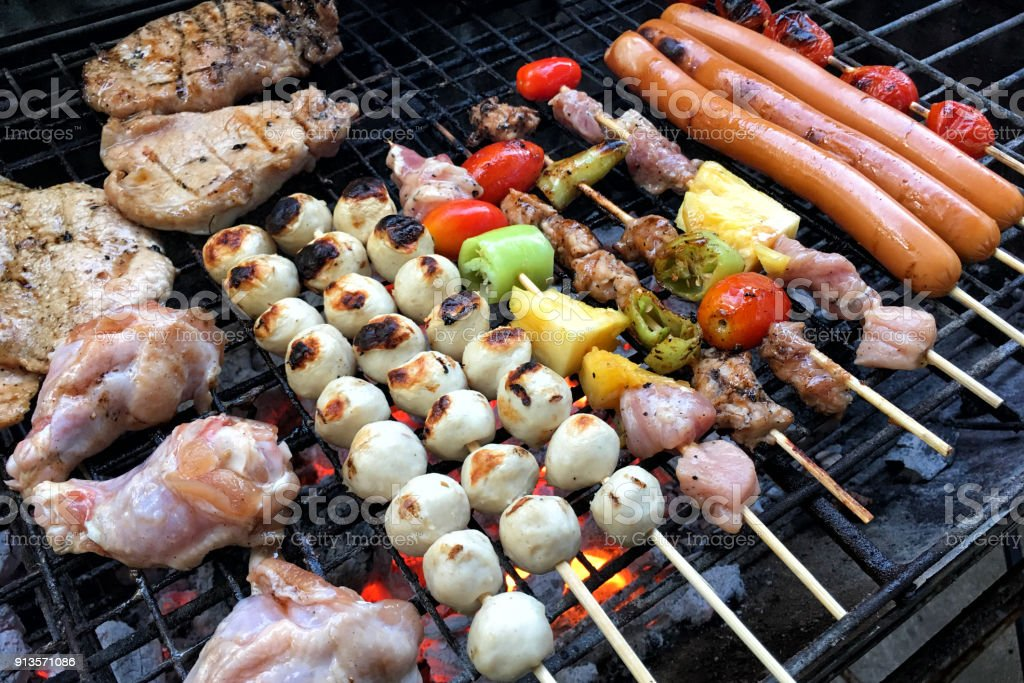 Top View Low Cost Bbq Outside Cooking - Fotografie stock e altre ...