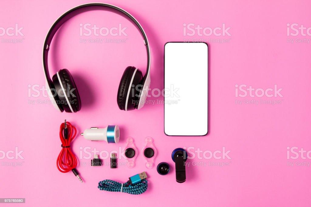 Draufsicht Mobilgerät mit mobilen Leerzeichen für Text, Zubehör. Micro-USB-Adapter, Makro-Objektiv und Kopfhörer auf rosa Hintergrund - Lizenzfrei Accessoires Stock-Foto