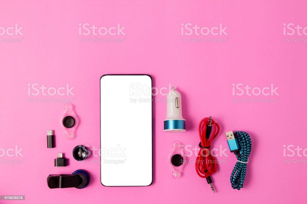 Draufsicht Mobilgerät mit mobilen Leerzeichen für Text, Zubehör. Micro-USB-Adapter, Makro-Objektiv auf rosa Hintergrund - Lizenzfrei Accessoires Stock-Foto