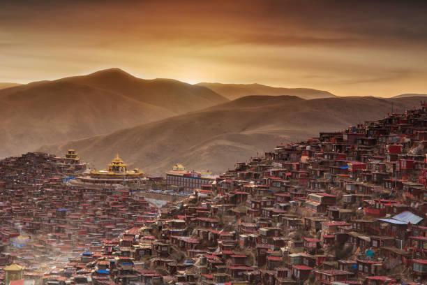 üstten görünüm manastırı larung gar (budist akademisi), sichuan, çin - ganzi tibet özerk bölgesi stok fotoğraflar ve resimler