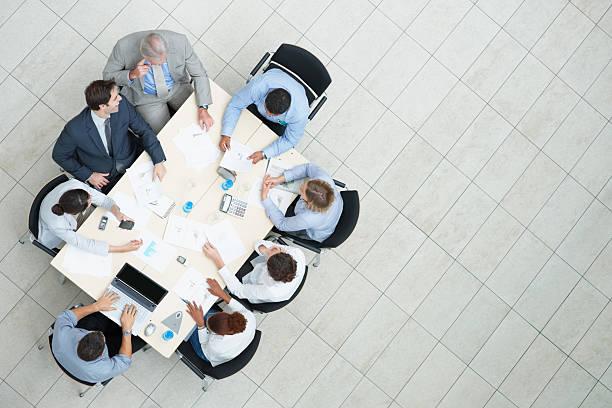 vista dall'alto di una riunione di lavoro in corso - business meeting, table view from above foto e immagini stock