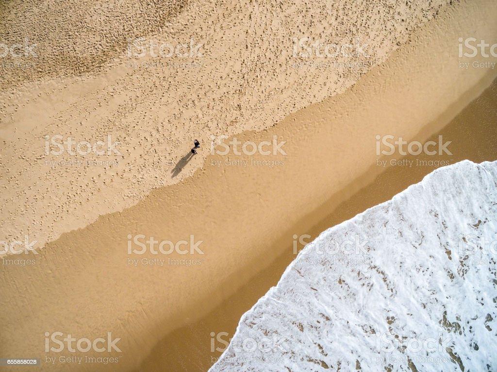 Vista superior da sombra de um casal em praia paradisíaca - foto de acervo