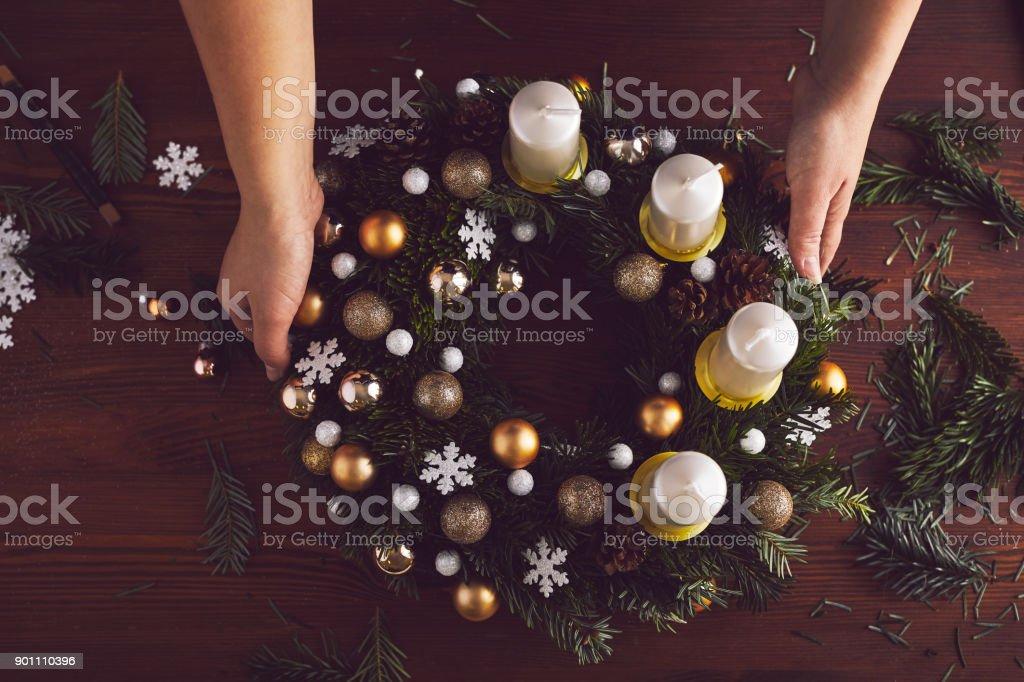 Draufsicht auf einen fertigen Weihnachtskranz – Foto