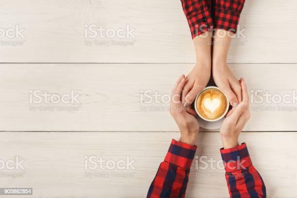 男性和女性牽手的頂部視圖 照片檔及更多 一起 照片