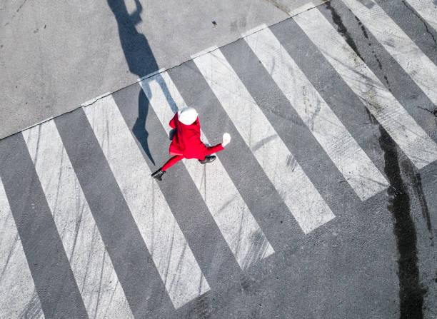 歩行者横断歩道の上から見る - 横断する ストックフォトと画像