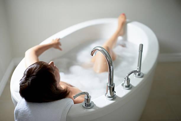 Aufsicht einer ruhigen Reife Frau in der Badewanne – Foto