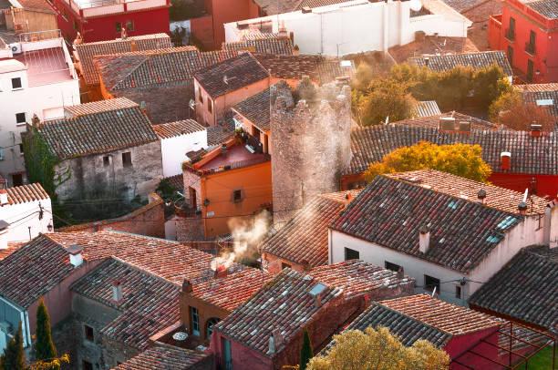 Vista superior de un pequeño pueblo de España, Begur. - foto de stock