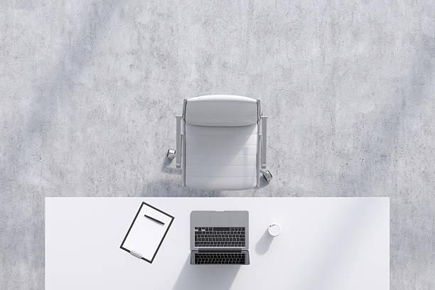blick von einem arbeitsplatz in einem modernen büro. - bürostuhl stock-fotos und bilder