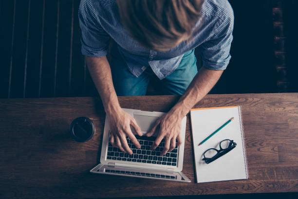 情報を検索し、いくつかのノートの youg 男のトップ ビュー - クラシファイド広告 ストックフォトと画像