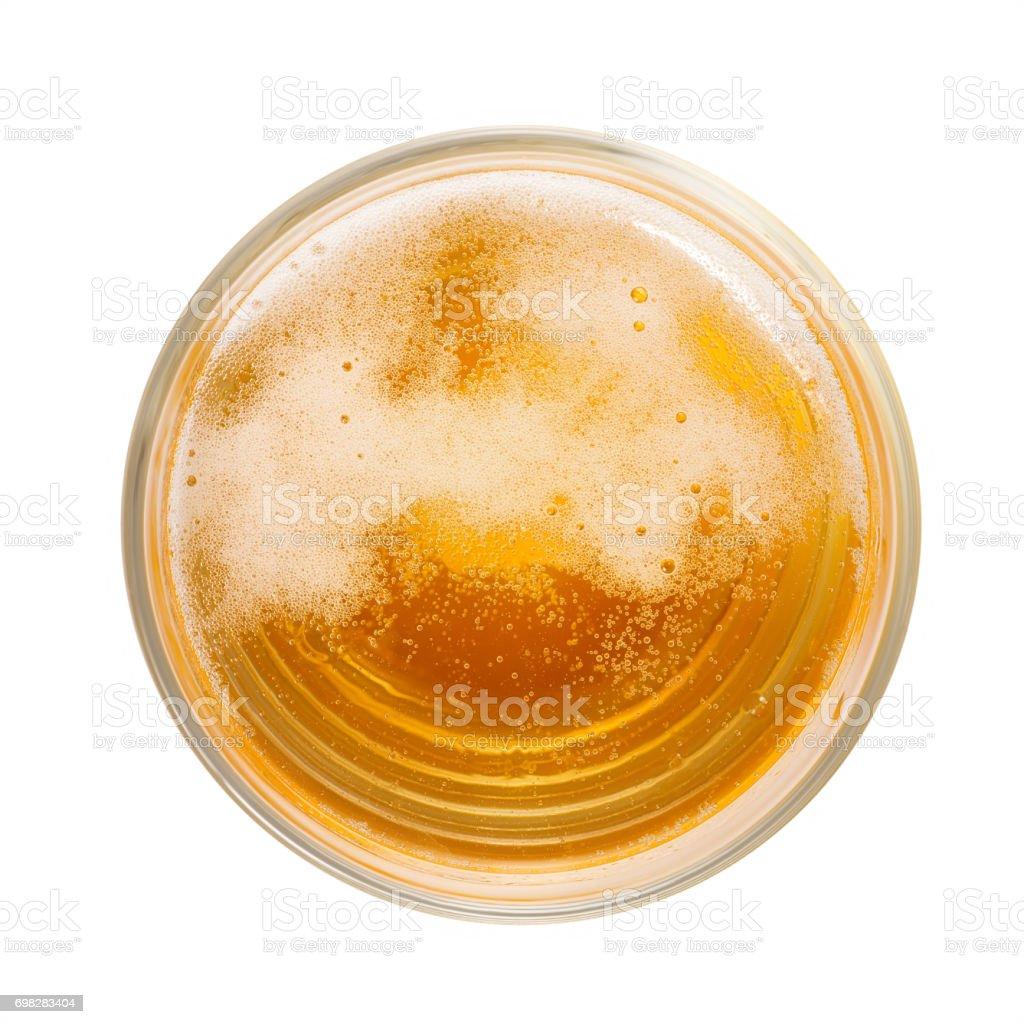 Draufsicht der Bernstein farbigen Bier mit Schaum und Luftblasen im einfachen Glas. – Foto