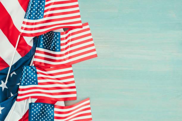 vista superior de bandeiras americanas arranjadas em azul conceito de madeira do tabletop, presidentes dia - presidents day - fotografias e filmes do acervo