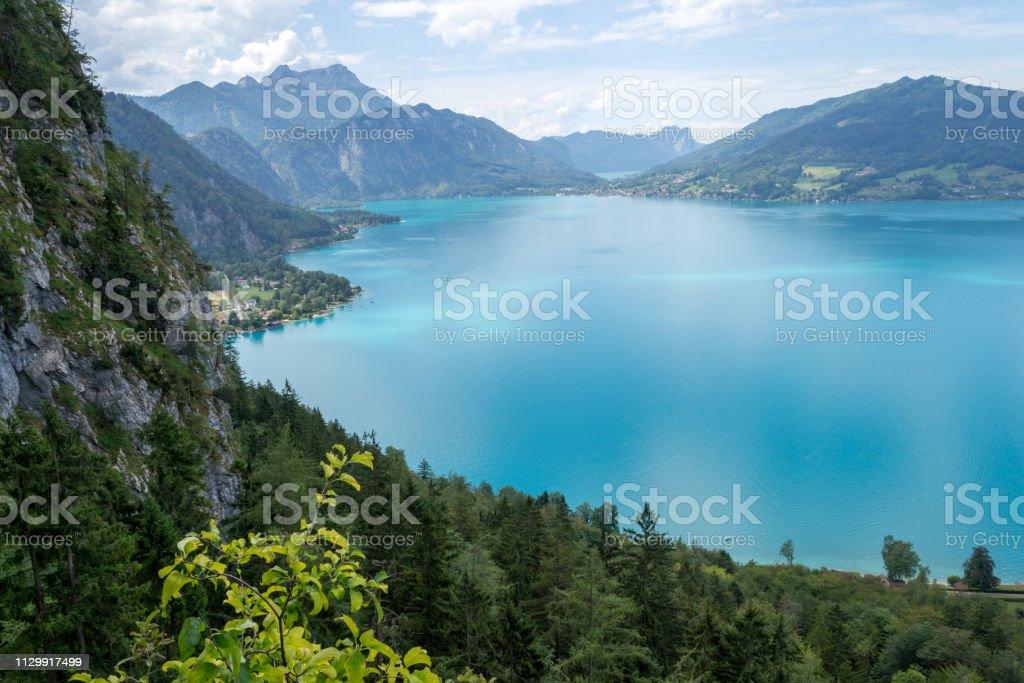 Draufsicht der Attersee See, Österreich, aus der via Ferrata Route über ihm, auf eine klare, heißen Sommertag. – Foto