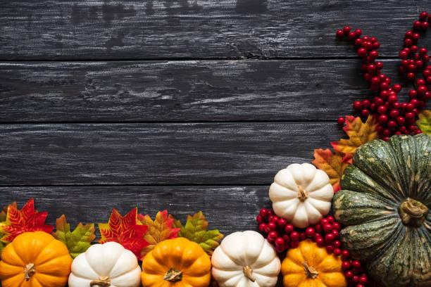 Draufsicht des Herbstes mit Kürbis und rote Beeren auf alten hölzernen Hintergrund Ahornblätter. Erntedankfest-Konzept. – Foto