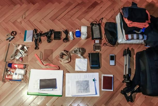 draufsicht der tasche inhalt reisen accessoire-kollektion - gepäck verpackung stock-fotos und bilder