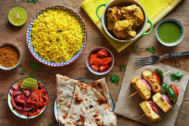 vista superior de arroz basmati y pan naan, queso, kebab de pollo, verduras encurtidas. - comida india fotografías e imágenes de stock