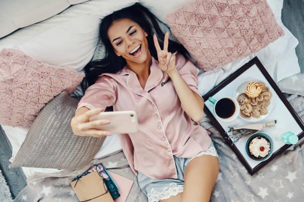 Top-Ansicht der schönen jungen Frau im Pyjama – Foto