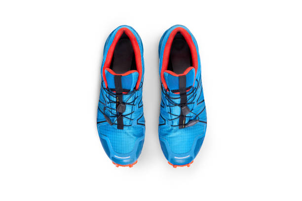 widok z góry na niebieskie i pomarańczowe buty sportowe - but sportowy zdjęcia i obrazy z banku zdjęć