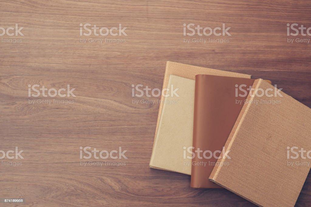 Vue de dessus du livre sur le vieux fond de planche de bois. Photos de style effet vintage. - Photo