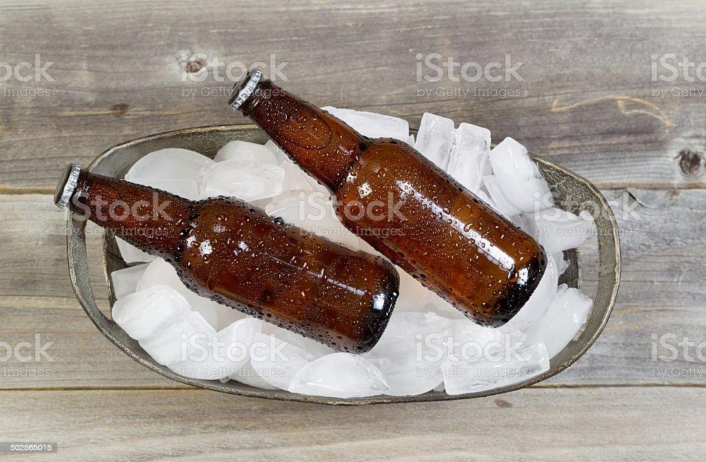 Vista de cima de garrafas de cerveja no gelo - foto de acervo