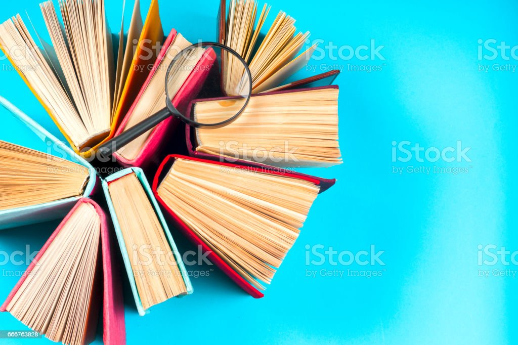 Top view of bright colorful hardback books in a circle. foto stock royalty-free