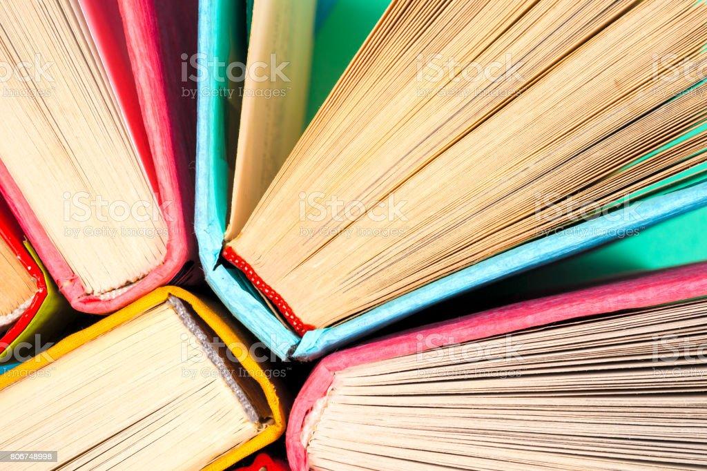 Vue du haut de couleur vive couverture cartonnée livres dans un cercle. - Photo