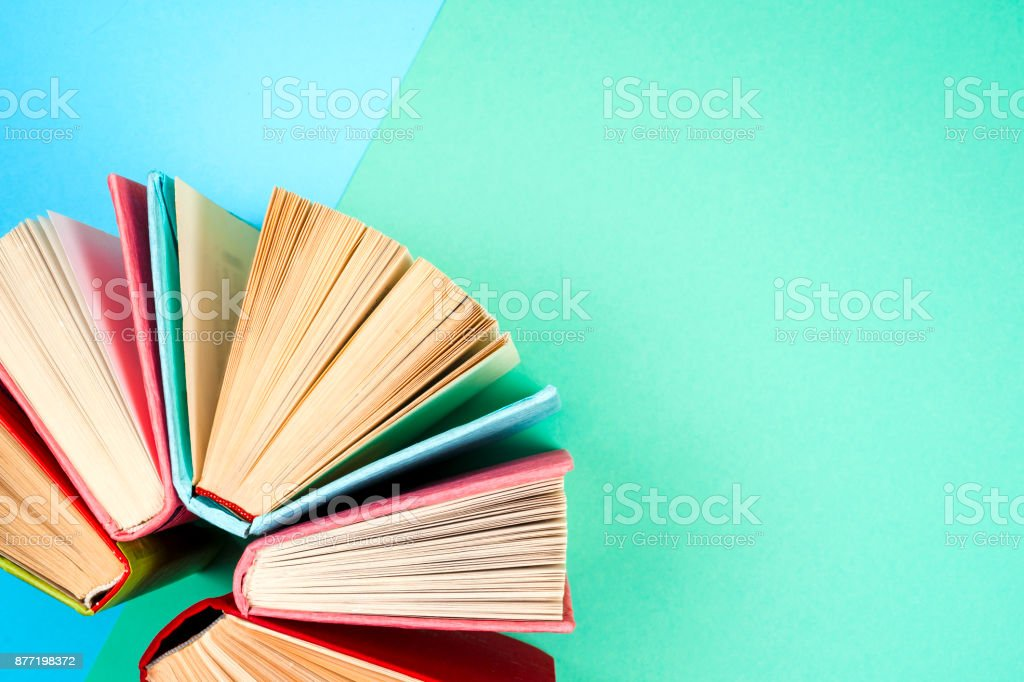 Aufsicht auf hellen bunten gebundene Ausgabe Bücher im Kreis. – Foto