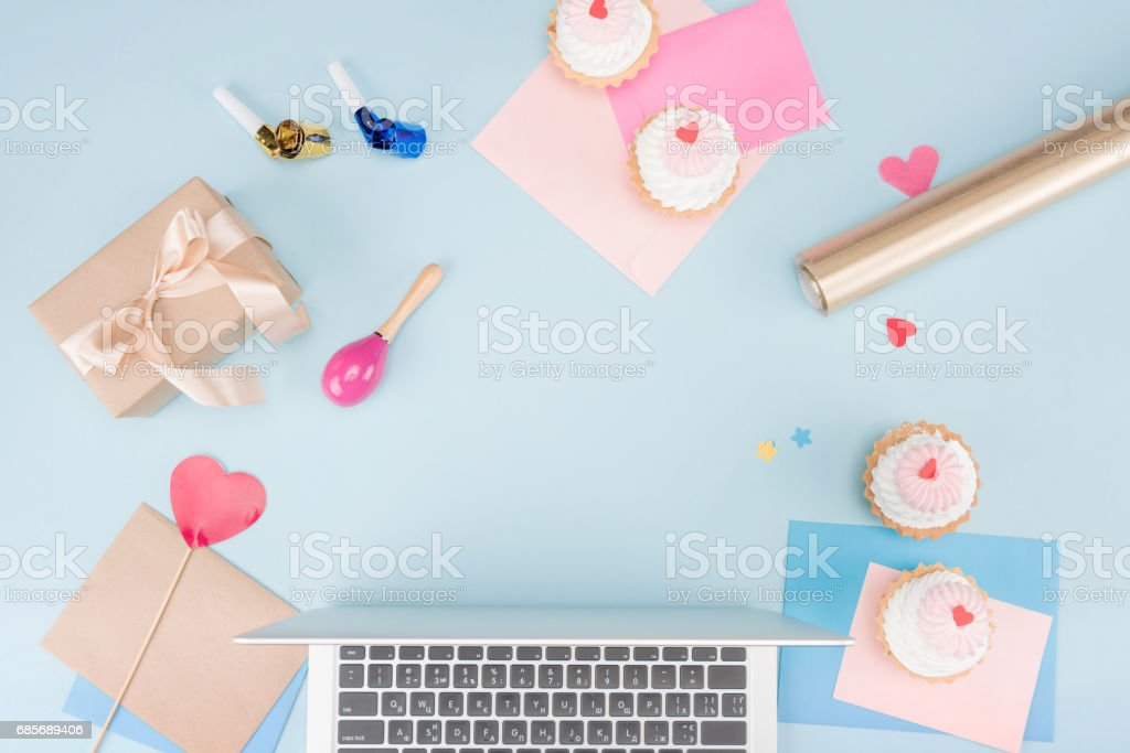 top view of cakes with laptop and party horns with beanbag mock-up, birthday party 免版稅 stock photo