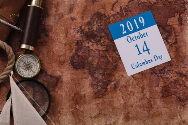 오래된 세계지도에 나침반과 돋보기 근처 10 월 14 날짜달력의 상단보기 - columbus day 뉴스 사진 이미지