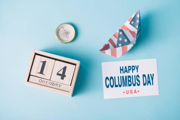 미국 국기 패턴, 나침반 과 파란색 배경에 행복 콜럼버스 의 날 비문 과 카드 종이 보트 근처 10 월 14 날짜 달력의 상단보기 - columbus day 뉴스 사진 이미지