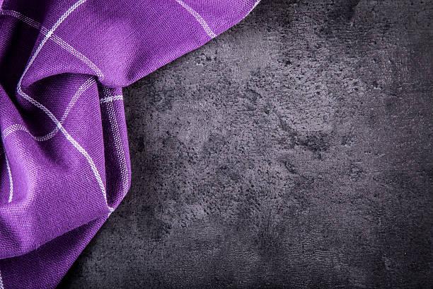 aufsicht auf kariertes küche lila tischtuch auf konkrete tisch - küche lila stock-fotos und bilder