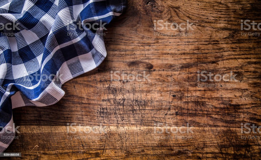 Top view of checkered tablecloth  on empty wooden table - foto de stock