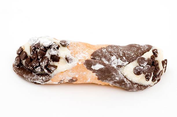 blick von chocolate chip-cannoli - cannoli stock-fotos und bilder