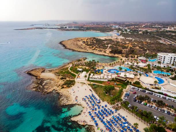 Top-Ansicht der Stadt von Zypern und der Stadt Ayia NAPA. Luftblick auf das Resort Mittelmeer Küstenstadt. – Foto