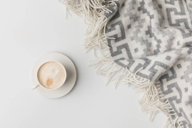 bovenaanzicht van een koffie cup en deken geïsoleerd op wit - deken stockfoto's en -beelden