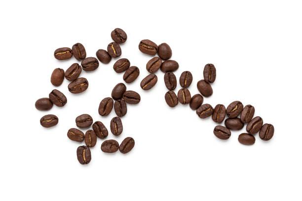 ansicht von kaffeebohnen isoliert auf weißem hintergrund, - weißer hintergrund stock-fotos und bilder