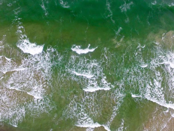 Top-Ansicht der kalten stürmischen und rauen Ostsee mit einer Drohne fotografiert. – Foto