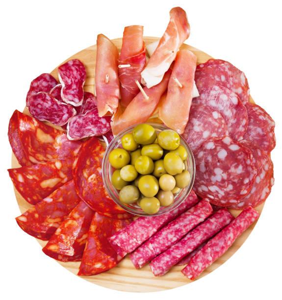 vista superior de embutidos de jamón, salchichas en tabla de madera - fuet sausages fotografías e imágenes de stock