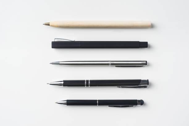 Top-Ansicht der Sammlung von Stiften auf weißem Hintergrund – Foto