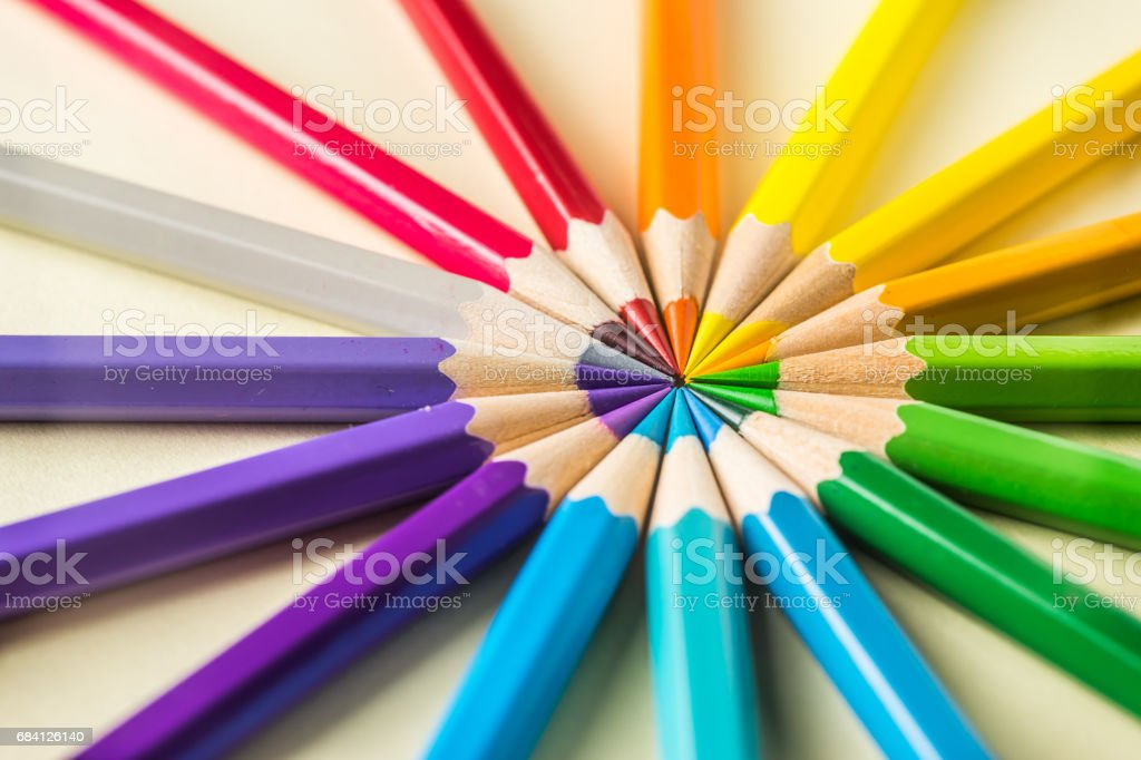 Top view of color pencil circle on yellow paper background foto stock royalty-free