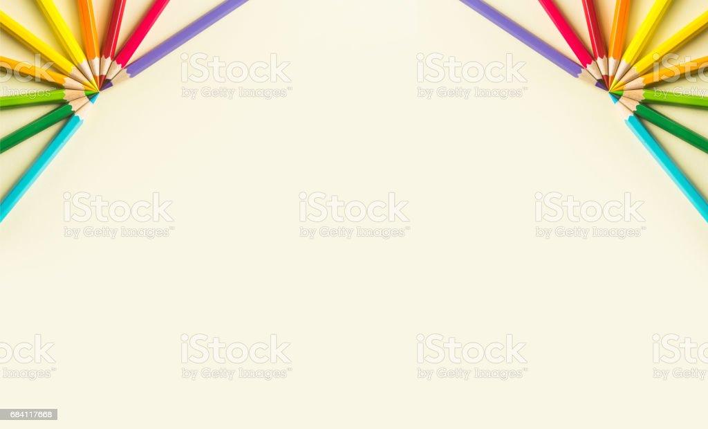 Ovanifrån av färg penna halvcirkel på gult papper bakgrund royaltyfri bildbanksbilder