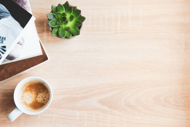top utsikt över mysiga hem scenen. böcker, yllefilt, kopp kaffe och suckulenta plantor över trä bakgrund. kopiera utrymme. - flat lay bildbanksfoton och bilder