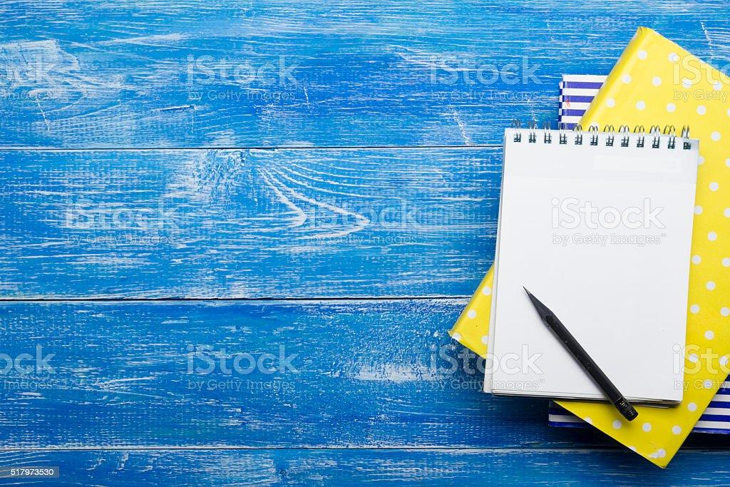 Vista de cima de escrever o conceito criativo com lápis, reserve um bloco de notas - foto de acervo
