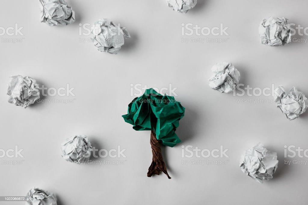 Draufsicht der zerknitterten Papiere in Baumform auf weiße Fläche – Foto