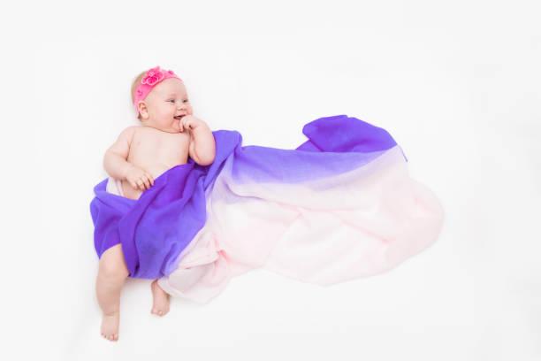 top-ansicht von niedlichen baby-mädchen in einem feenkostüm gekleidet - flatternlange schal und stirnband. platz für text - wickelkleid lang stock-fotos und bilder