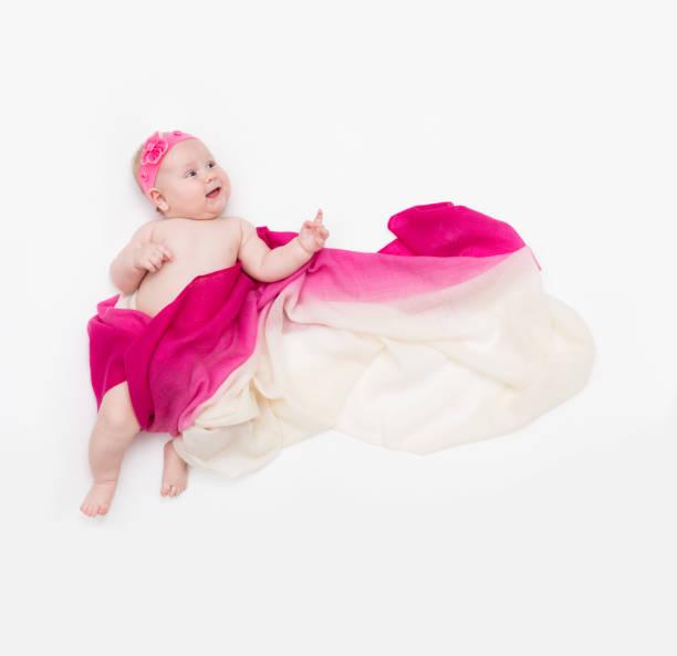 top-ansicht von niedlichen baby-mädchen in einem feenkostüm gekleidet zeigen sich - flatternden langen schal und stirnband. platz für text - wickelkleid lang stock-fotos und bilder