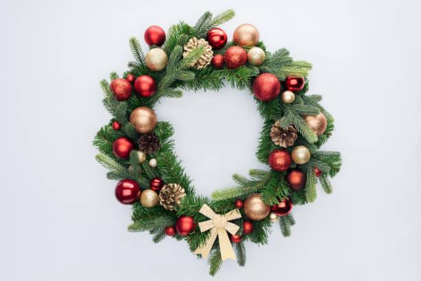 top view of decorative festive wreath with red and golden christmas toys isolated on white - wieniec zdjęcia i obrazy z banku zdjęć
