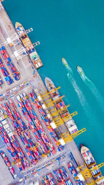Top-Ansicht des Tiefwasserhafens mit Frachtschiff und Containern. Es ist ein Import- und Export-Frachthafen, wo ist ein Teil der Versanddock und Export-Produkte weltweit – Foto
